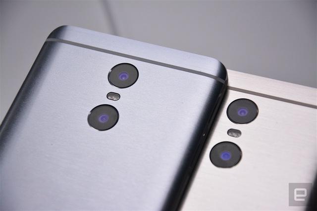 Cụm camera kép phía sau sử dụng cảm biến của Sony (phía trên) và Samsung (phía dưới)