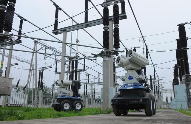 Hai robot đang giám sát thiết bị tại trạm điện thuộc Chuzhou, Trung Quốc.
