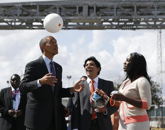 Tổng thống Mỹ Barack Obama đang chơi cùng quả bóng Soccket.
