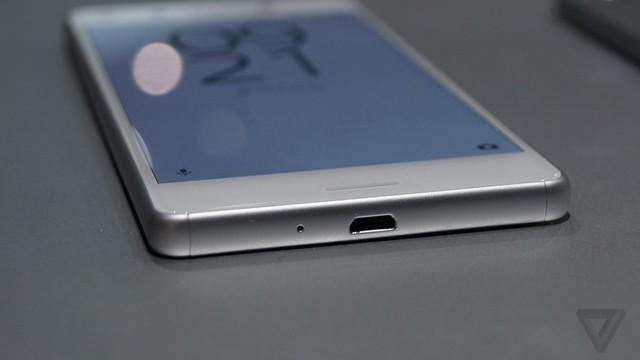Cạnh dưới của Xperia X và X Performance vẫn cổng kết nối microUSB, nhưng không phải USB Type-C.