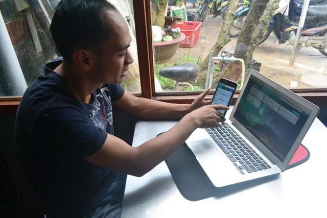 Mọi dữ liệu kỹ thuật trên vườn đều được truyền về máy tính và điện thoại của anh Nguyễn Đức Huy. Ảnh: Thạch Thảo