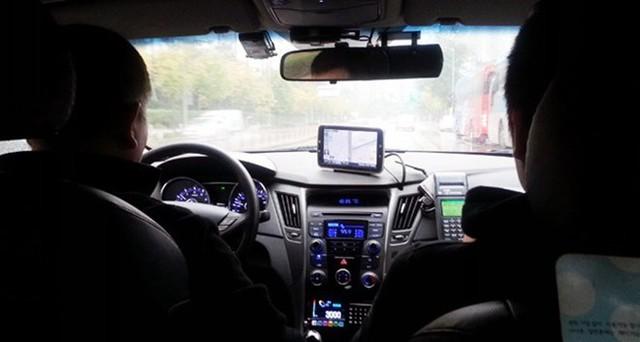 Làm tài xế Uber hay Grab hiện đang là công việc bán thời gian của nhiều người. (Ảnh minh họa)