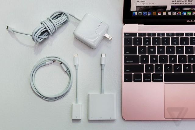 MacBook 12 inch (2016) vẫn đi kèm những phụ kiện quen thuộc.