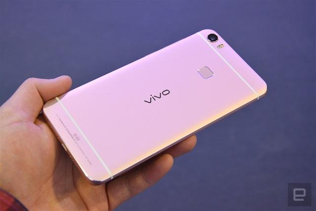 Như đã đề cập, cả Vivo Xplay 5 và Xplay 5 Elite đều có phiên bản màu hồng, khá giống với loạt iPhone hiện hành.