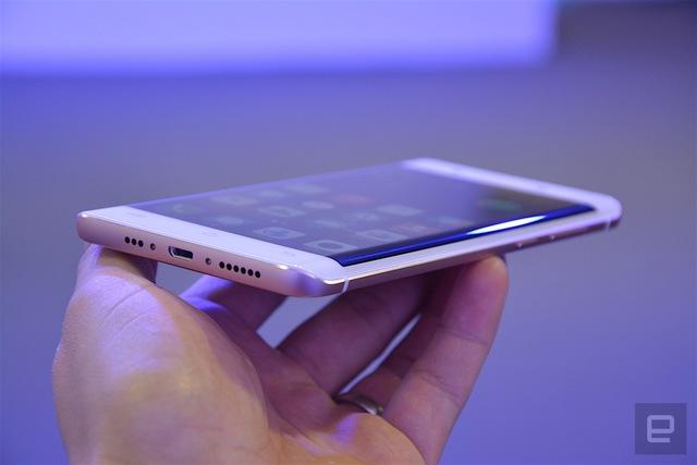 Máy cũng sở hữu màn hình cong 2 cạnh, tương tự chiếc Galaxy S7 edge của Samsung. Điều này chứng tỏ, nhà sản xuất Hàn Quốc đã không còn là công ty độc quyền cho tính năng này.