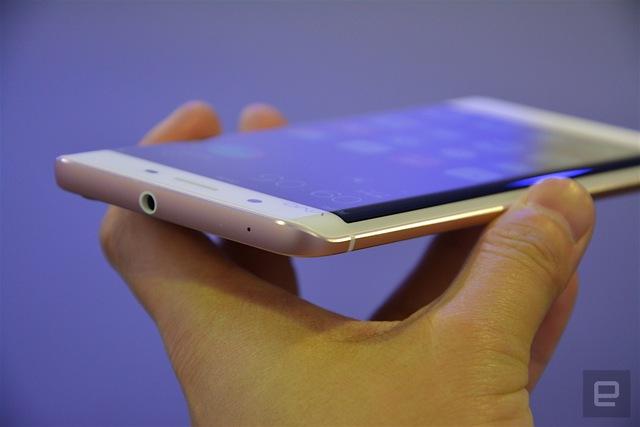 Điểm khác biệt giữa Galaxy S7 edge và Vivo Xplay 5 / 5 Elite là tấm màn hiển thị của 2 chiếc smartphone Trung Quốc không tràn ra tới cạnh màn hình như chiếc siêu phẩm của Samsung.