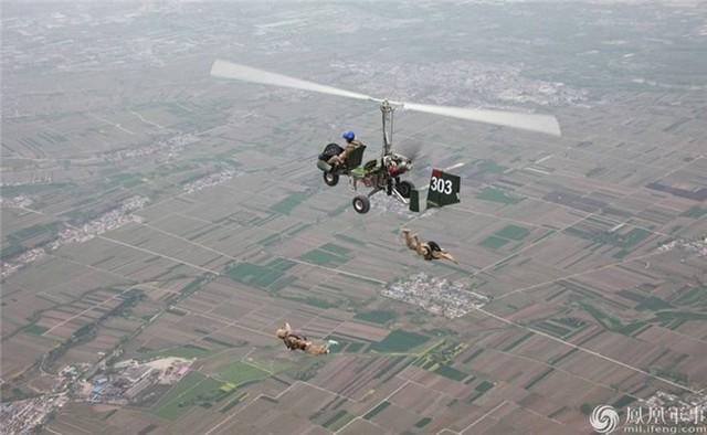 Hai lính đặc nhiệm Trung Quốc nhảy dù ra khỏi thiết bị bay lên thẳng. Ảnh: Ifeng