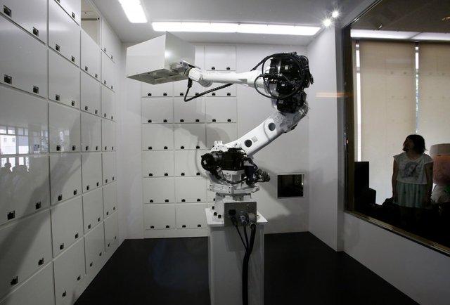 Những chú robot có thể giữ hành lý an toàn cho đến khi khách làm thủ tục rời khách sạn. Hoặc có thể là mãi mãi, nếu được yêu cầu.