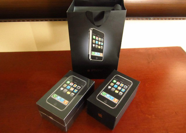 Chiếc iPhone thế hệ đầu tiên cũng được rao bán.
