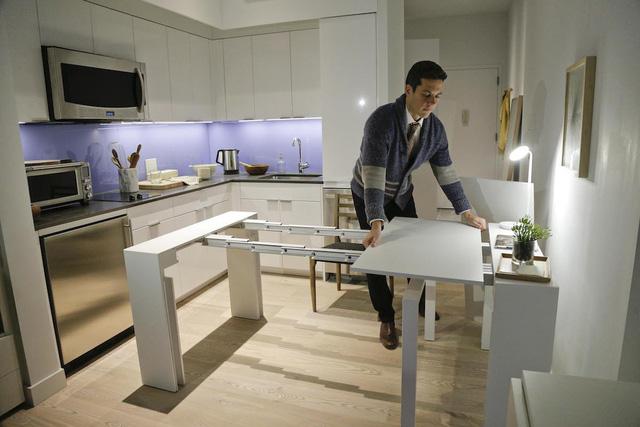Căn hộ thông minh này tiết kiệm diện tích khá hiệu quả khi thiết kế một căn bếp và một chiếc bàn có thể biến thành một bàn ăn tối 10 người, và chiếc giường có thể hô biến thành một chiếc ghế sofa.
