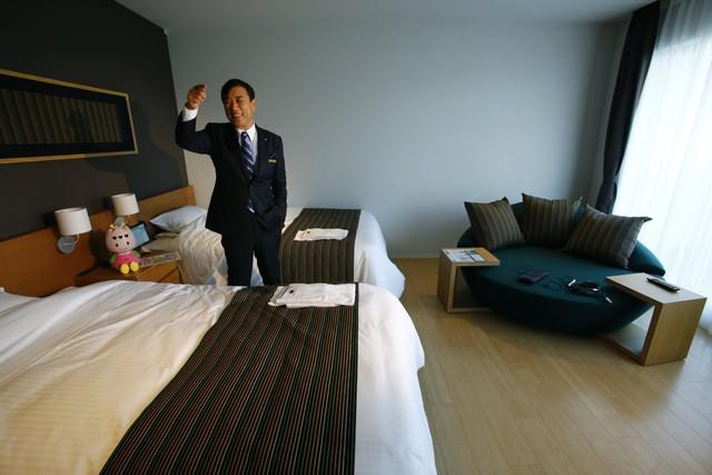 Hideo Sawada, giám đốc của Huis Ten Bosch chia sẻ rằng việc sử dụng robot có thể khiến giá khách sạn giảm đáng kể và phù hợp với nhiều khách du lịch hơn. Ông hy vọng rằng trong tương lai có thể xây dựng thêm 1000 khách sạn như thế và robot sẽ chiếm khoảng 90% trong số nhân viên khách sạn