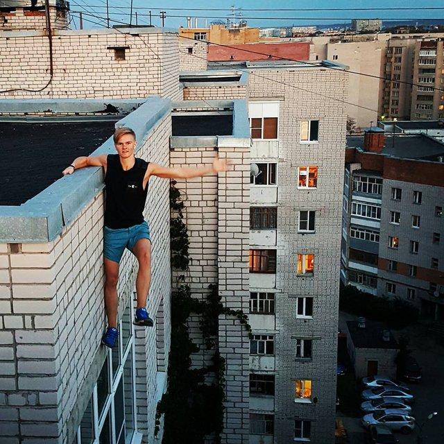 Đây là một thanh niên người Nga đã mất mạng vì cố chụp những bức ảnh tự sướng nguy hiểm như thế này