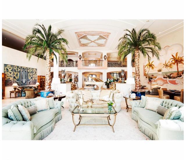 Phòng khách được trang trí gần gũi với thiên nhiên với sự xuất hiện của 2 cay cộ khổng lồ án ngữ 2 bên, bạn có thấy đàn dương cầm, món trang sức không thể thiếu cho bất cứ căn phòng khách của đại gia nào ở đằng xa kia không?