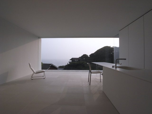 Kiến trúc với diện tích 26m2 dưới đây được thiết kế dựa trên nguyên tắc mở rộng tầm nhìn. Bằng cách thay thế khoảng không gian có thể sử dụng bằng các yếu tố liên quan đến nước, căn nhà trông mềm mại, thanh thoát hơn bao giờ hết.