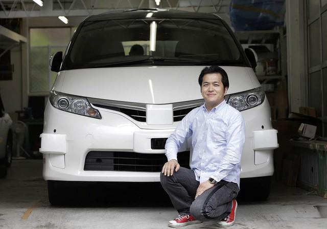 Taniguchi ngồi trước chiếc taxi tự lái mà ZMP phát triển