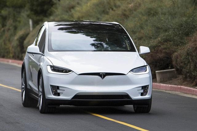 Ngay cả khi ra mắt không mấy êm ả thì Model X cũng đã khiến các đối thủ của Tesla phải vội vã đuổi theo.
