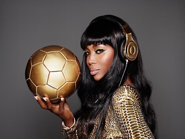 Siêu mẫu Naomi Campbell và bộ sưu tập tai nghe Beats by Dr.Dre bằng vàng phiên bản giới hạn