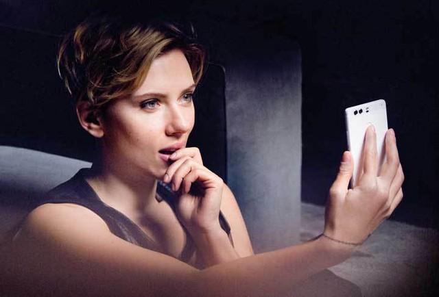 Nữ diễn viên Scarlett Johansson trong chiến dịch quảng cáo mới nhất của Huawei để giới thiệu smartphone đỉnh nhất của hãng - Huawei P9