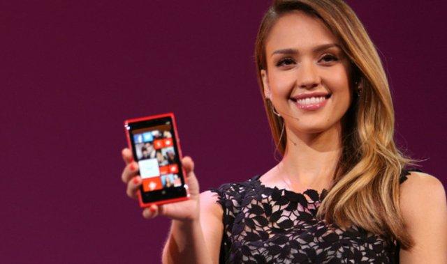 Nữ diễn viên Jessica Alba trong lễ ra mắt điện thoại thông minh Nokia Lumia 920