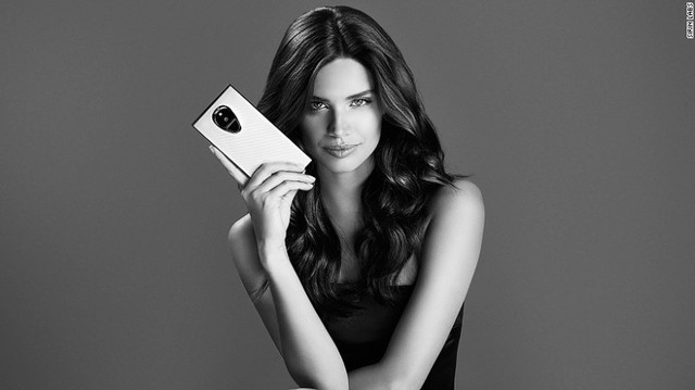 Có vẻ như Sirin Labs rất thích sử dụng các siêu mẫu nữ để quảng cáo. Trong hình là smartphone Solarin và siêu mẫu Bồ Đào Nha Sara Sampaio