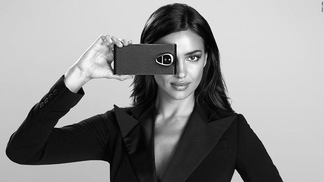 Chiếc điện thoại mà siêu mẫu Nga Irina Shayk đang cầm trên tay được giới thiệu là smartphone siêu bền Solarin của dự án khởi nghiệp Sirin Labs (Israel) dành cho các nhân vật nổi tiếng.