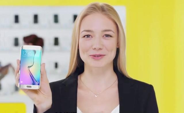 Nữ diễn viên người Nga Oksana Akinshin quảng cáo cho chiếc smartphone đầu bảng năm ngoái của Samsung - Galaxy S6