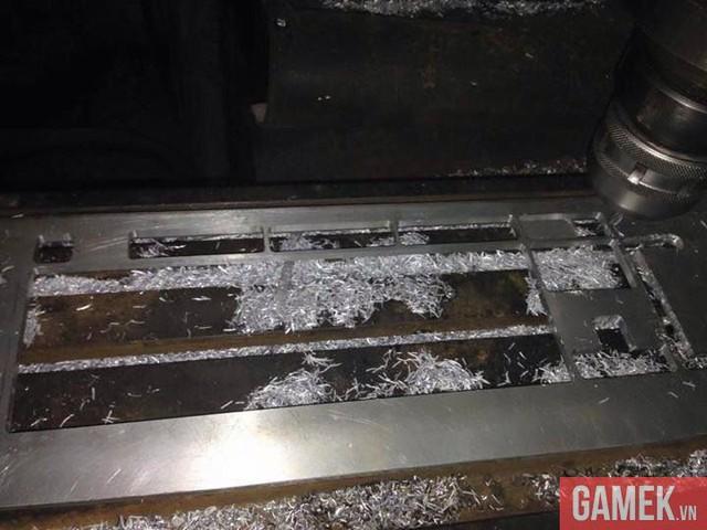 Quá trình cắt, tạo hình cho phù hợp bằng máy CNC.