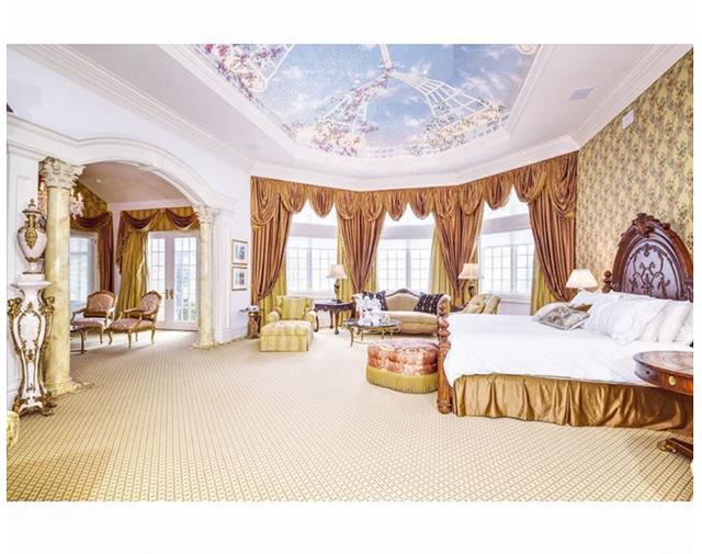 Họ thật sự ngủ trong một căn phòng hoàng gia như thế này.