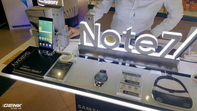 Tại một bàn trải nghiệm của Viettel Store trên phố Xã Đàn, xuất hiện Galaxy Note7 màu đen, người dùng lại không thể tìm thấy các màu sắc khác.