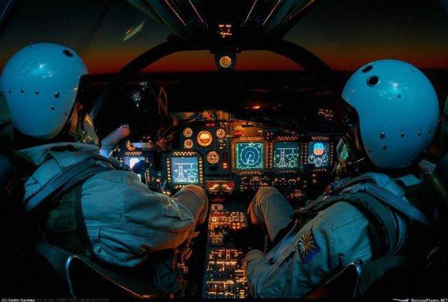 Phi công chỉ huy ngồi bên trái và bên phải là phi công phụ trách dẫn đường hoa tiêu/thao tác vũ khí