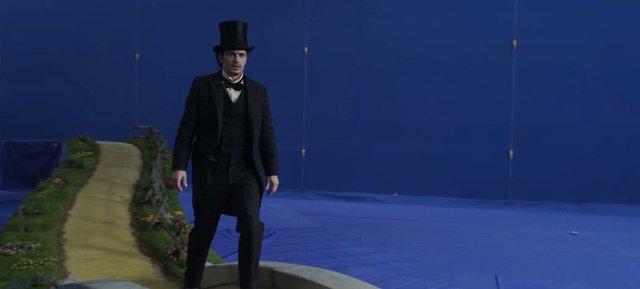 … chỉ là cảnh anh ấy đang thả bước trên con đường gạch vàng mà thôi.