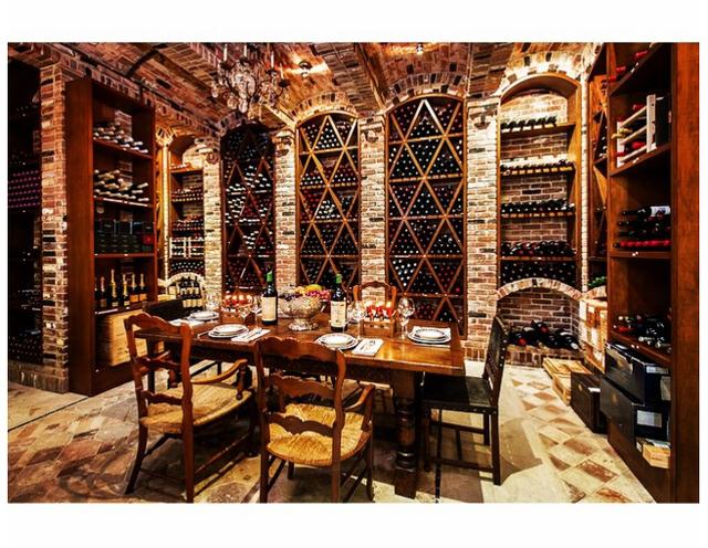 Bữa tối ấm cúng trong hầm rượu của nhà giàu.