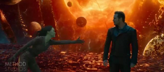 """Khi Zoe Saldana đang rướn người cố nắm lấy tay của Chris Pratt trong """"Vệ Binh dải ngân hà""""…"""