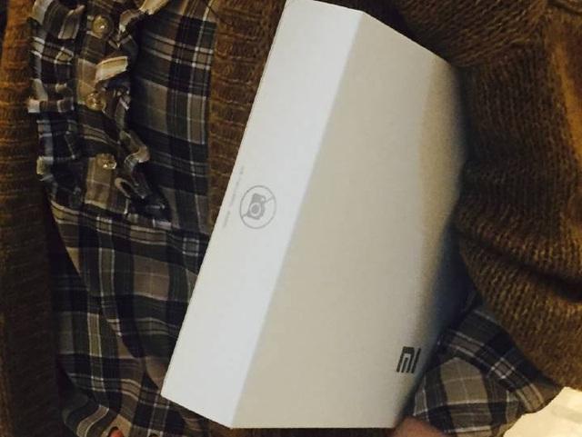 Logo Xiaomi và dấu hiệu cấm chụp ảnh.