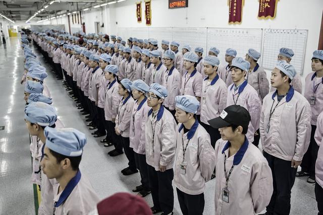 Các công nhân xếp hàng chuẩn bị vào làm việc