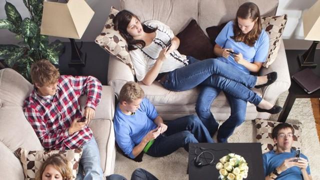 Với thế hệ Z, Internet trở thành công cụ kết nối, không còn là vùng đất bí ẩn như cha mẹ họ từng cảm thấy. Ảnh: MorgenPost.