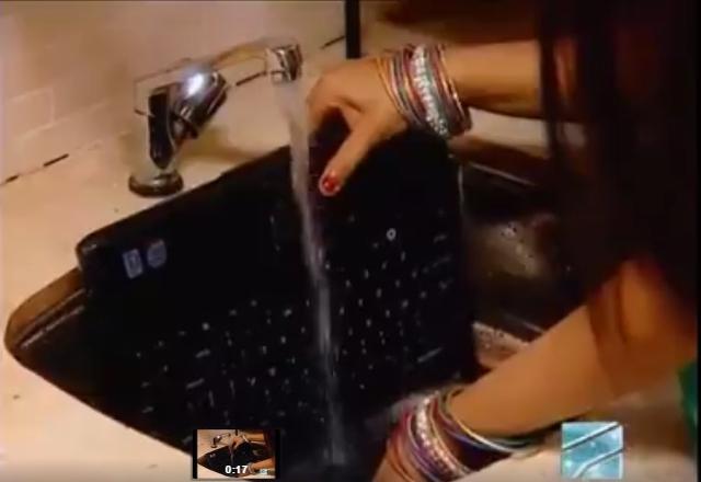 Clip vệ sinh Laptop trong phim truyền hình Ân Độ khiến nhiều người giật mình