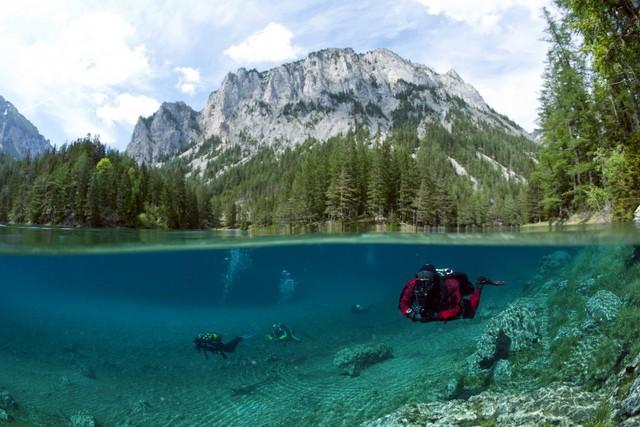 Vào mùa xuân, khi nhiệt độ tăng cao, băng tuyết từ những ngọn núi đá vôi xung quanh tan chảy và đổ nước lấp đầy lòng hồ.