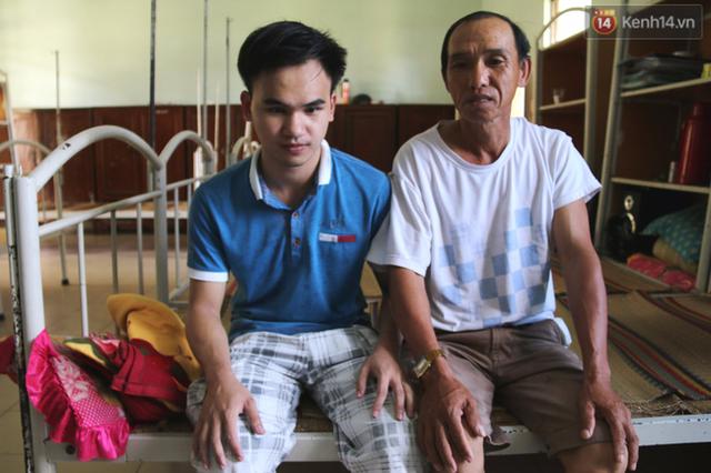 Ông Thông đã bán lúa và đi xe máy gần 90km để ra Đà Nẵng đưa con đi thi đại học.