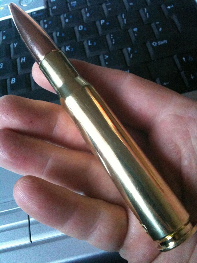 Trên tay một viên đạn .50 BMG 12 ly 7