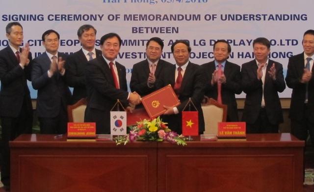 Ông Jeong Cheol-dong (bên trái) và Chủ tịch UBND TP. Hải Phòng, ông Lê Văn Thành (bên phải) trong buổi lễ ký kết đầu tư