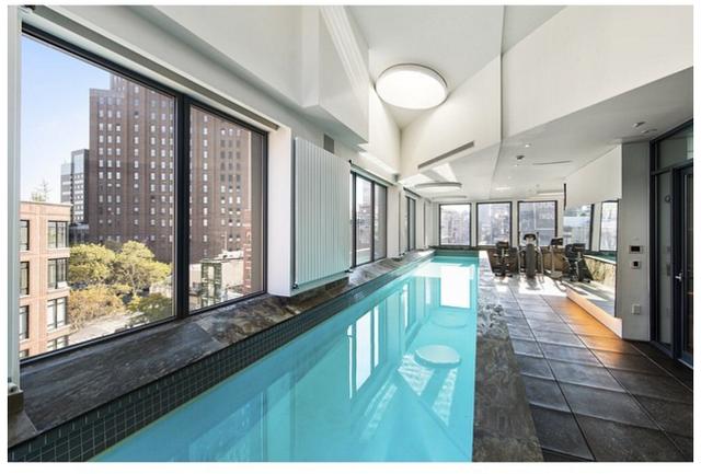 Bể bơi trên mái được bố trí khéo léo trong nhà.