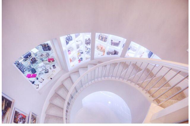 Cầu thang xoáy ốc với thiết kế vô cùng sang trọng.