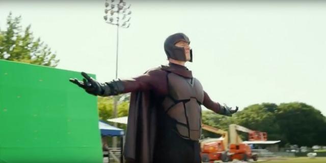 … thực tế xung quanh không có sân bóng chày bị nào hết, chỉ có nam diễn viên Michael Fassbender cùng với mớ dây điện và vài phông màn hình xanh thôi.