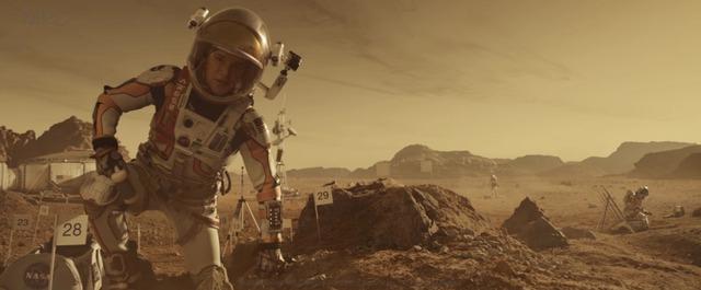 """Matt Damon trông như thể đang trên sao hỏa trong """"Người trở về từ sao hỏa""""…"""