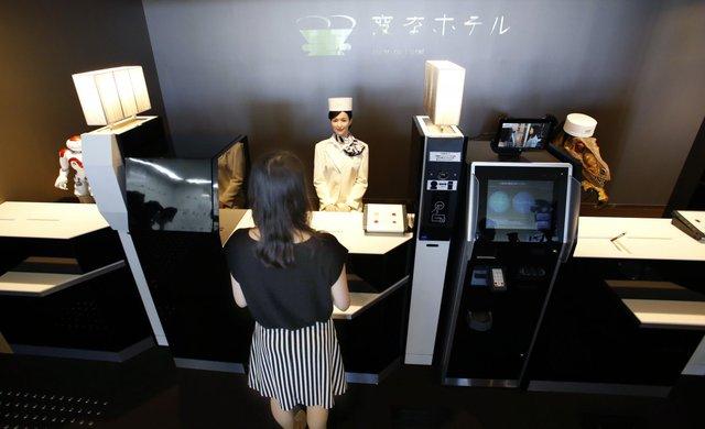 Để làm thủ tục nhận phòng, khách du lịch có thể nói chuyện với nhân viên lễ tân robot nói tiếng Nhật hoặc một chú khủng long nói tiếng Anh