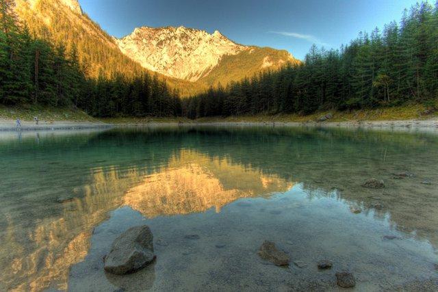 Từ giữa tháng 5 đến tháng 7, quang cảnh hồ trông tuyệt như thế này.