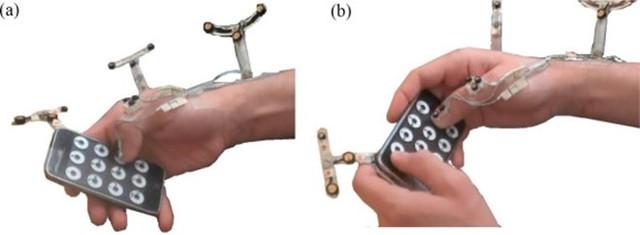 Với điện thoại màn hình lớn, việc để máy nằm ngang và thao tác bằng hai tay giúp tăng tính chính xác hơn. Ảnh: Forbes.