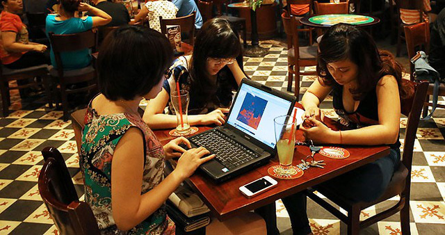 Thế hệ Z Việt cũng ít giao tiếp xã hội hơn, bởi với họ, mạng ảo đôi khi chính là nơi thể hiện sự tồn tại. Ảnh: Asian Correspondent