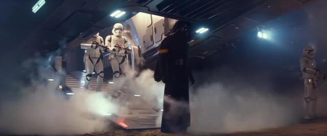 """Trong phim """"Star war: thần lực thức tỉnh"""", chúng ta được chứng kiến Kylo Ren hiên ngang bước ra từ con tàu khổng lồ."""